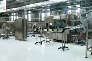 Conveyor filling line for liquids and drinks